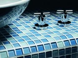 Какие категории мозаики используются на сегодняшний день и следует ли ее укладывать на пол в ванной?