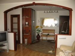 Межкомнатные дверные арки из бруса наиболее дорогостоящие, однако их цена объясняется: они крепкие и долговечные